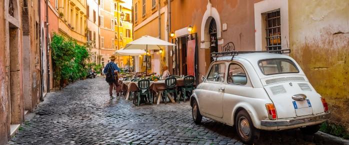 Photo d'une Fiat, petite voiture typique italienne, dans une ruelle de Rome